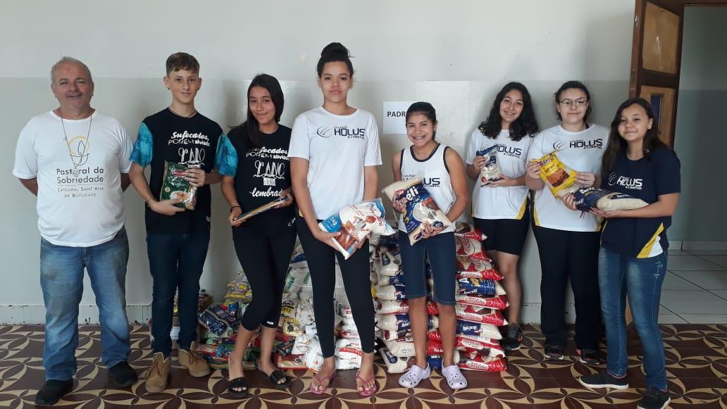 Entrega dos alimentos arrecadados pelos alunos na 13ª Gincana Beneficente